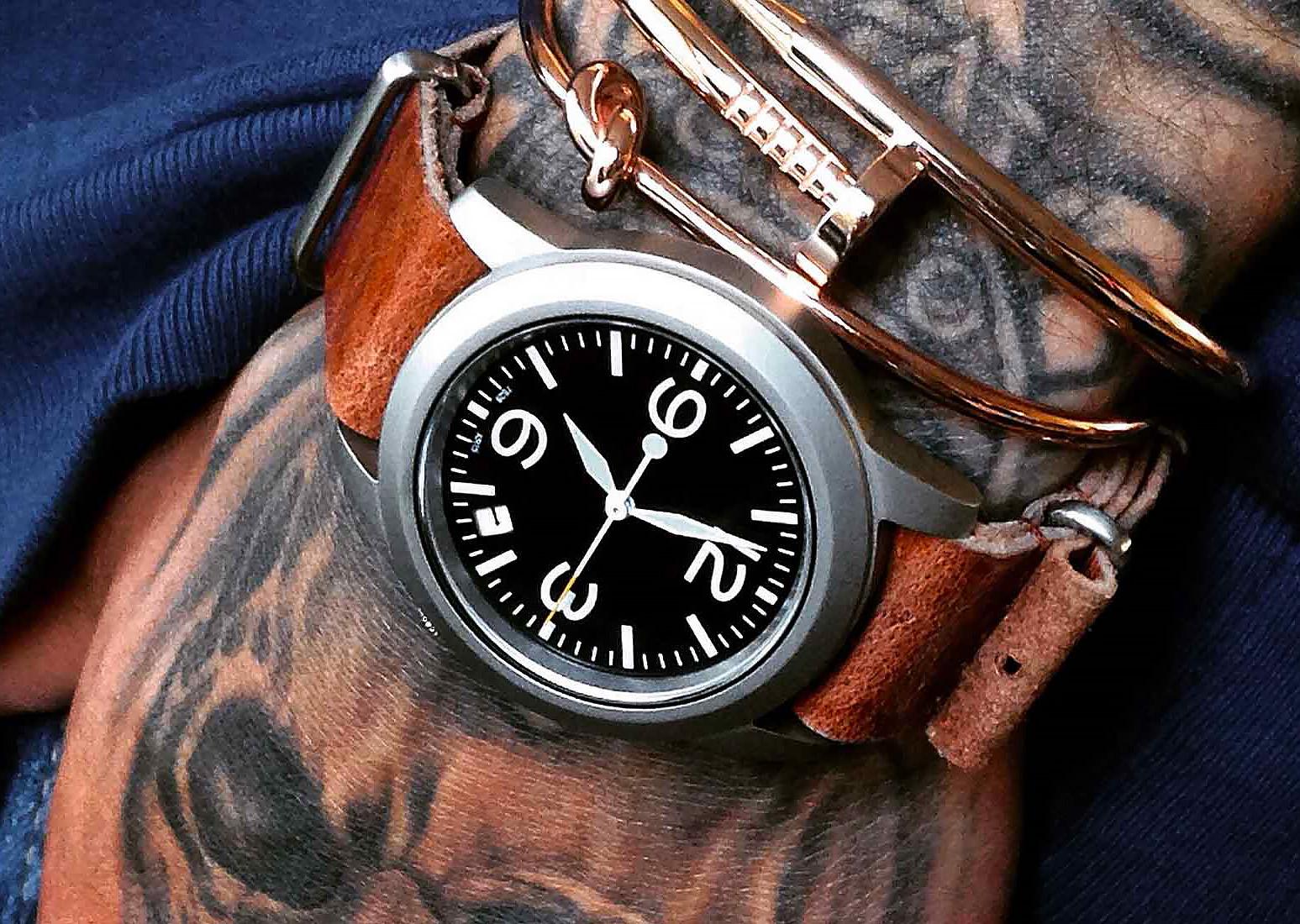 Bespoke Supplies horloge sfeerfoto getatoeëerde hand
